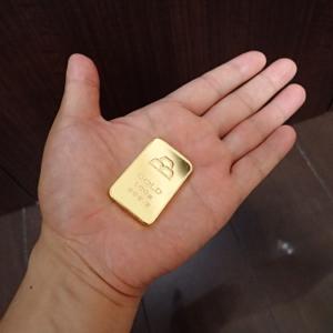 金地金100g手のひら2